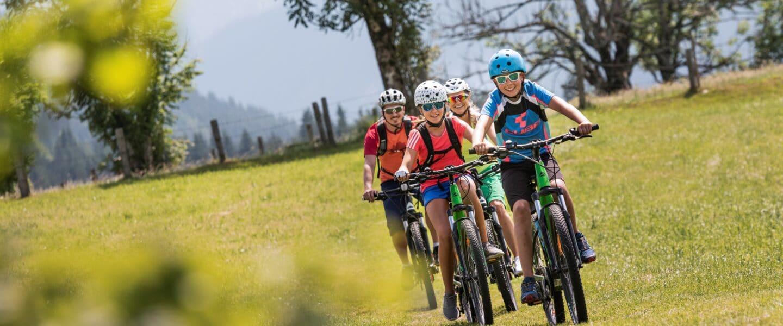 Radfahren in der Wiese